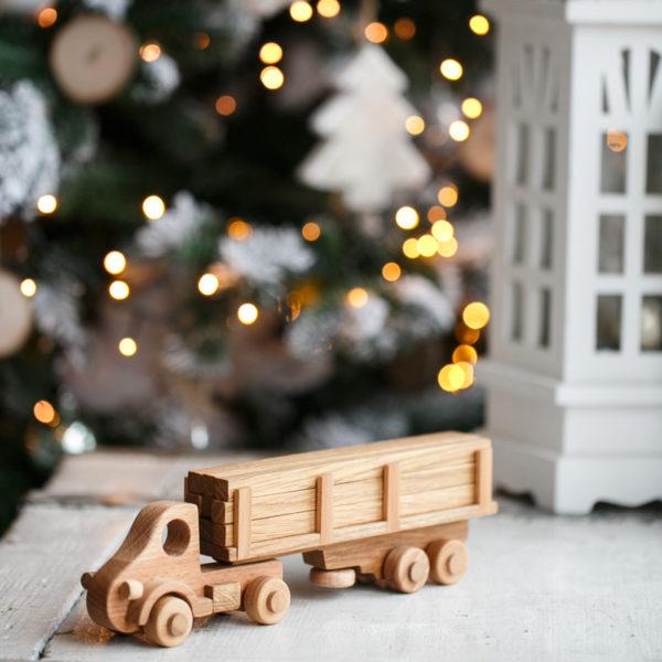 Деревянный игрушечный грузовик