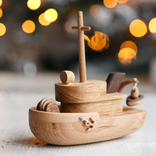 Игрушечный кораблик из дерева