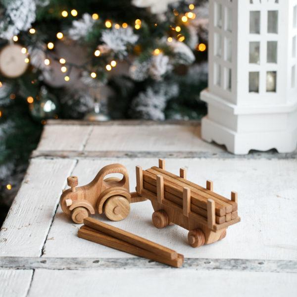 игрушечный трактор с деревянными брусками