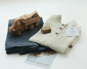 игрушечный грузовик и льняной детский костюм